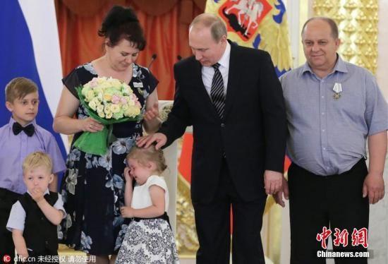 4岁小女孩嚎啕大哭,俄罗斯总统急忙安慰。 图片来源:东方IC 版权作品 请勿转载