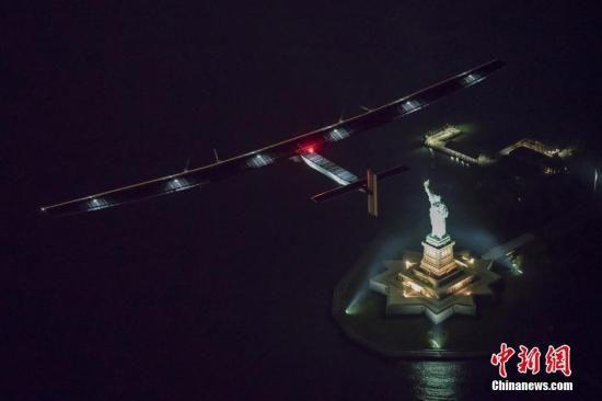 """当地时间2016年6月11日,美国纽约,世界最大太阳能飞机""""阳光动力2号""""飞跃自由女神像。"""