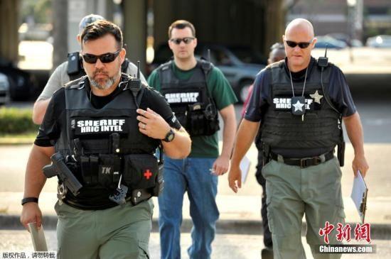 奥兰多市发生的枪击事件造成50人遇难,53人受伤。枪手已被警方击毙。图为安全人员在枪击案现场调查。