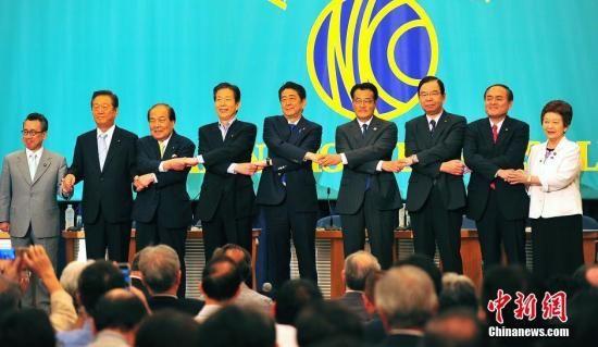 """日本参议院选战在即,6月21日在日本记者俱乐部进行的选前党首辩论会上,""""安倍经济学""""的成败功过再度成为热辩之题。图为与会各党派负责人会前牵手亮相,""""先礼后兵""""。"""