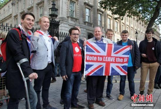"""当地时间6月24日,英国""""脱欧""""公投计票结果揭晓,多数投票者赞成英国脱离欧盟。图为""""脱欧派""""支持者在伦敦市中心庆祝。"""