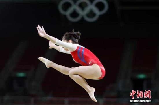 当地时间8月4日,里约奥林匹克体育馆,俄罗斯女子体操选手穆斯塔芬娜等进行平衡木赛前训练。中新网记者 盛佳鹏 摄