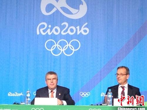国际奥委会主席巴赫出席发布会(左)。