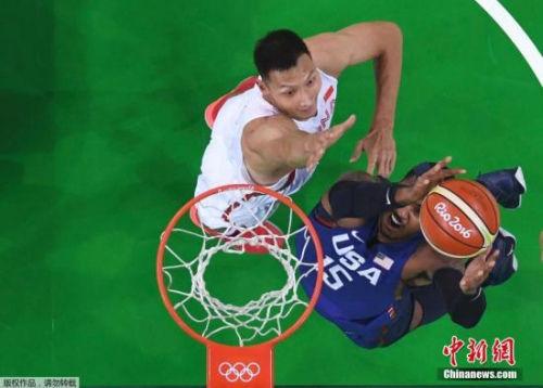 当地时间8月6日,2016里约奥运会男篮小组赛,中国队对阵美国队。图为美国队卡梅隆·安东尼扣篮。