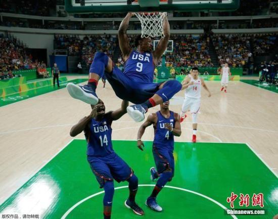 当地时间8月6日,2016里约奥运会男篮小组赛,中国队对阵美国队。图为德玛尔·德罗赞暴扣。