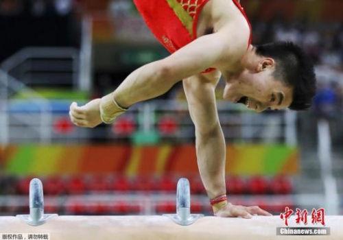 当地时间8月8日,里约奥运体操男团决赛,中国队以271.122分获得季军,日本队和俄罗斯队分获冠军和亚军。图为尤浩在进行鞍马项目比赛。