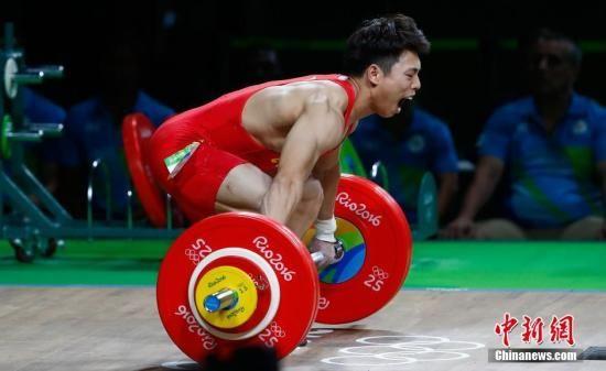 当地时间8月8日,2016里约奥运会男子举重62KG级,中国选手谌利军身体出现状况,两次试举失败,随后宣布弃权。中新网记者 富田 摄