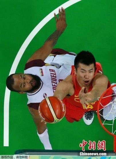 当地时间8月10日,2016里约奥运小组赛,中国男篮以68:72不敌委内瑞拉队,八强前景堪忧。图为邹雨宸在比赛中。