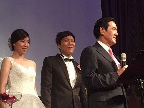 马英九(右)9月25日晚间受邀为一对媒体人证婚,一开口就谈政治。台湾《联合报》李顺德/摄影