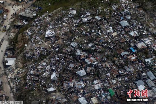 """资料图 在海地Jeremie,飓风""""马修""""导致当地的棚户区房屋大量被毁。"""