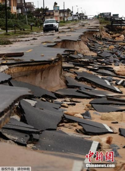 """当地时间10月7日,飓风""""马修""""袭击美国,沿佛罗里达大西洋沿岸继续向北推进,造成佛罗里达60万户人家断电。当局警告危险尚未结束。乔治亚州超过50万人紧急撤离。大量房屋被毁,沿海公路坍塌。图为佛罗里达州的沿海公路坍塌。"""