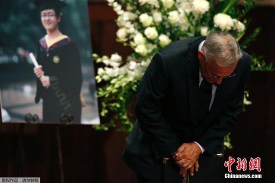 资料图:美国加州,南加州大学学生悼念遇袭身亡的中国留学生纪欣然,纪欣然父母向出席悼念仪式的学生鞠躬致意。