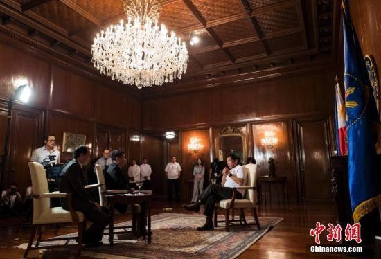 10月13日,菲律宾总统罗德里戈·杜特尔特在位于马尼拉的总统府接受中国新闻社记者专访。 中新社记者 侯宇 摄