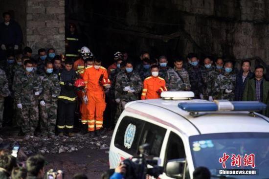 11月1日,在井下搜救人员、消防官兵及医护人员协助下,遇难者遗体被转运至急救车上。现场搜救人员脱帽、鞠躬默哀,急救车将遇难者遗体送往殡仪馆。当日,重庆金山沟煤矿瓦斯爆炸事故现场应急处置指挥部发布消息称,截至目前,事故搜救队伍已发现18名遇难矿工遗体,还有15名矿工下落不明。目前,事发矿井井下局部巷道瓦斯浓度仍然较大,排放有毒气体和搜救工作仍在紧张进行。图为全体救援人员鞠躬默哀。 陈超 摄