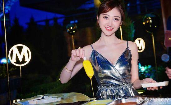 景甜穿金色V裙大秀好身材 傲人的美令人血脉膨胀