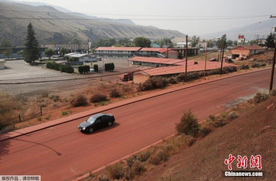 小镇被阻燃剂染成红色 加拿大遭山火袭击