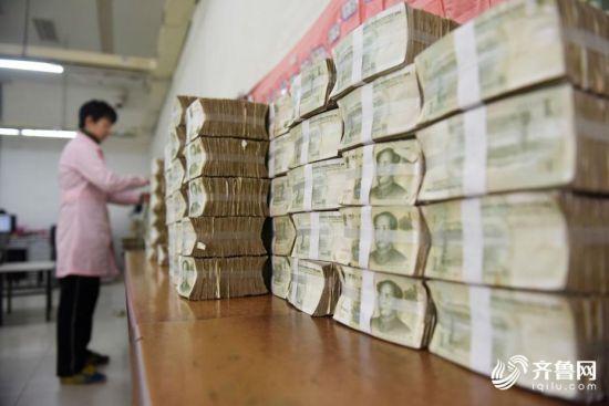 山东济南公交点钞员每天清点70万元零钞