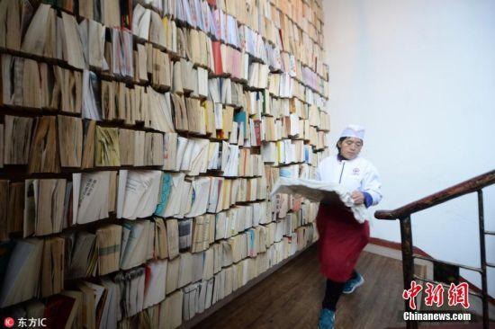 """济南高校餐厅现""""订书墙"""" 装订图书近千册"""