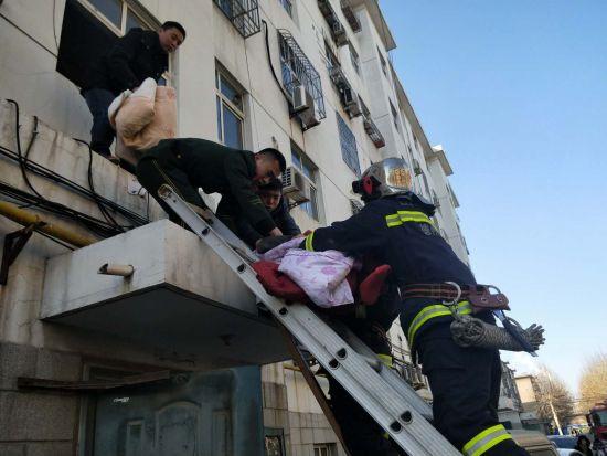老人不慎跌落一楼平台 德州消防及时救援脱险