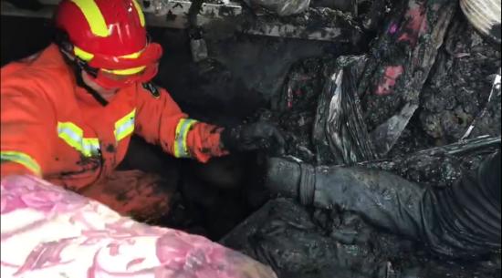 消防官兵与时间赛跑 徒手从淤泥里挖出被困司机
