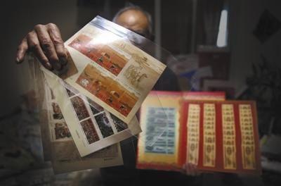 2月24日,昌平天通苑北某公寓内,一名被骗老人展示购买的部分钱币和邮票。A12-A13版摄影/新京报记者 大路 彭子洋