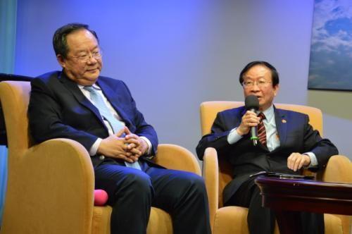 陈炽(右)给出五个建议助婚姻绿卡申请者事半功倍。(美国《世界日报》记者牟兰/摄影)