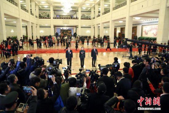 """3月5日,第十三届全国人民代表大会第一次会议在北京人民大会堂开幕。全国人大代表马化腾、王亚平、徐立毅在""""代表通道""""接受采访。中新社记者 韩海丹 摄"""