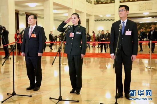 """3月5日,第十三届全国人民代表大会第一次会议在北京人民大会堂开幕。这是全国人大代表马化腾、王亚平、徐立毅(从右至左)在""""代表通道""""接受采访。新华社记者 金立旺 摄 图片来源:新华网"""
