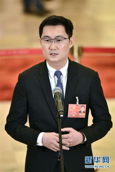 """3月5日,第十三届全国人民代表大会第一次会议在北京人民大会堂开幕。这是全国人大代表马化腾在""""代表通道""""接受采访。新华社记者 刘金海 摄 图片来源:新华网"""