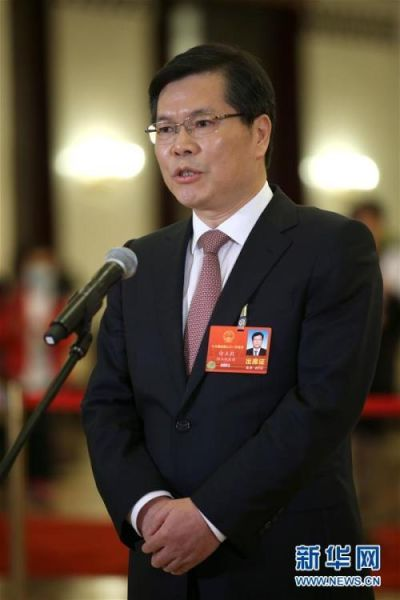 """3月5日,第十三届全国人民代表大会第一次会议在北京人民大会堂开幕。这是全国人大代表徐立毅在""""代表通道""""接受采访。 新华社记者 金立旺 摄 图片来源:新华网"""
