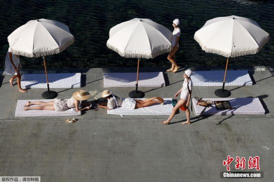 当地时间5月15日,澳大利亚时装周举行,模特们三五成群在水边漫步嬉戏,满满度假风。
