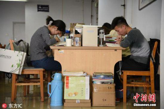 考研倒计时 大学生全力冲刺自习室一座难求