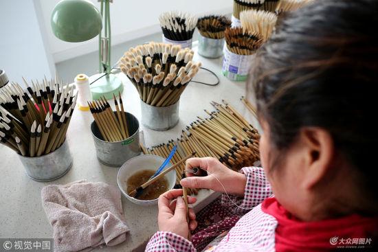 2018年11月24日,在山东省枣庄市阴平镇,工匠们在手工制作毛笔。