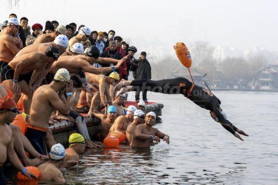 冬泳爱好者竞渡济南大明湖