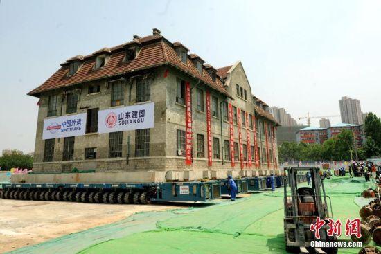 山东济南一栋2600吨百年建筑完成76米整体平移