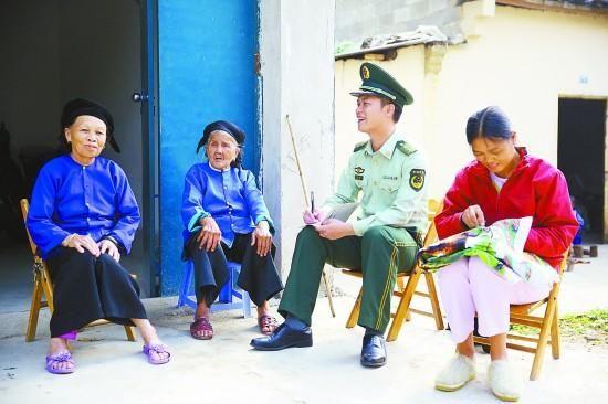 边防民警在礼茶村对少数民族群众进行普法宣传。 资料图片