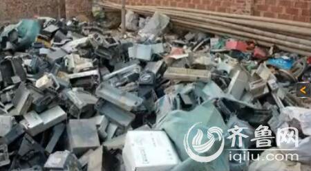 被拆解的废旧电瓶满地都是