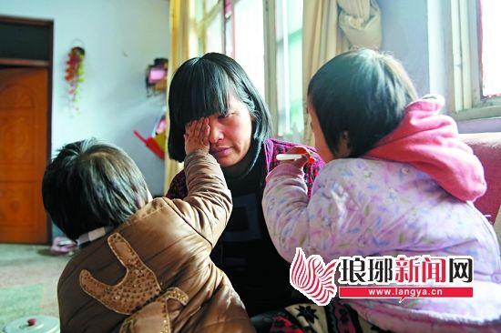 懂事的孩子擦掉妈妈辛酸的泪。