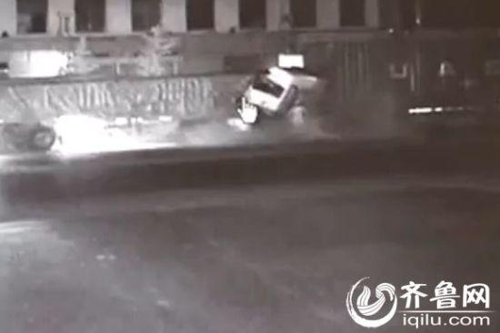 两大货车追尾瞬间(视频截图)