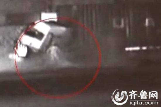 后车车厢中一人被甩出站在地上(视频截图)
