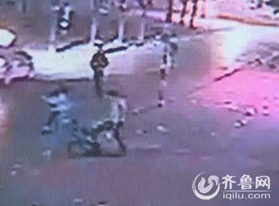 监控视频记录了双方打架的情形(视频截图)