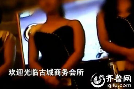 白天冷冷清清的黄河古镇音乐会所到夜间就热闹了起来(视频截图)