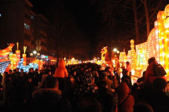 淄博:铝城元宵花灯绚丽绽放。