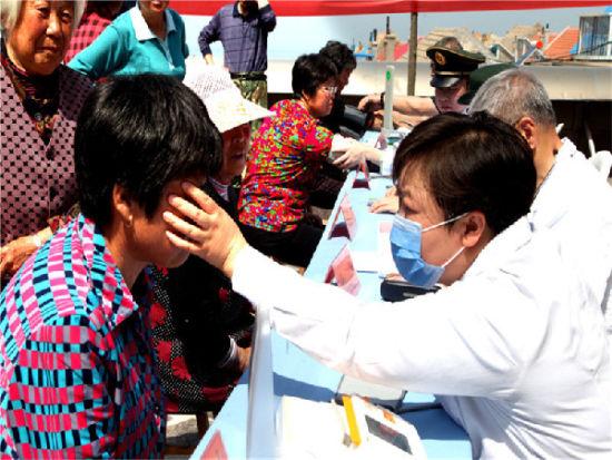 眼科专家为驻岛群众诊治