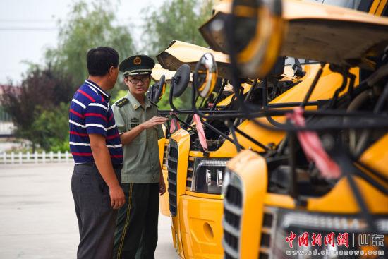 边防民警和校车驾驶员一同检查车辆技术状况。