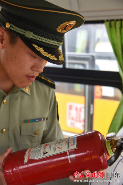 边防民警检查车内灭火器的使用年限。