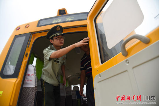 边防民警检查紧急逃生门是否能够正常开启。