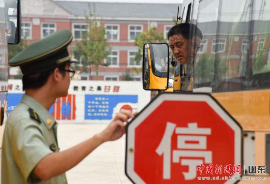 """停车标识能否正常开启,是校车安全检查中的""""硬指标""""之一。"""