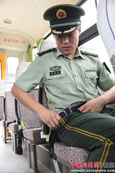 逐一试用安全带,确保安全设施齐全有效。