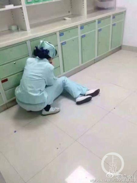 常规给患儿拔除留置针.拔针完毕 同时帮患儿去除头上固定的胶带.